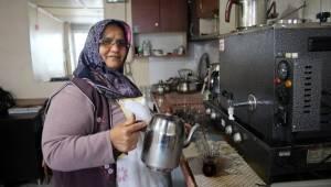 Kocasına yardım için geldiği sanayide 10 yıldır çay ocağı işletiyor