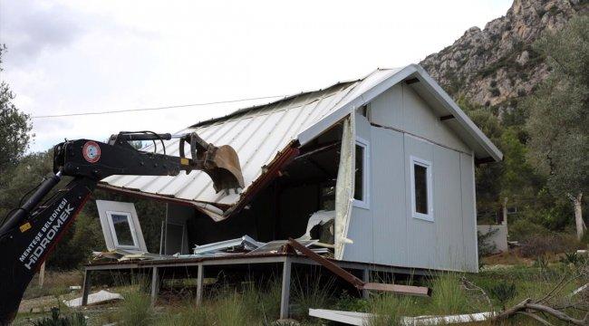 Muğla'daki Akbük Koyu'nda kaçak yapılar yıkılıyor