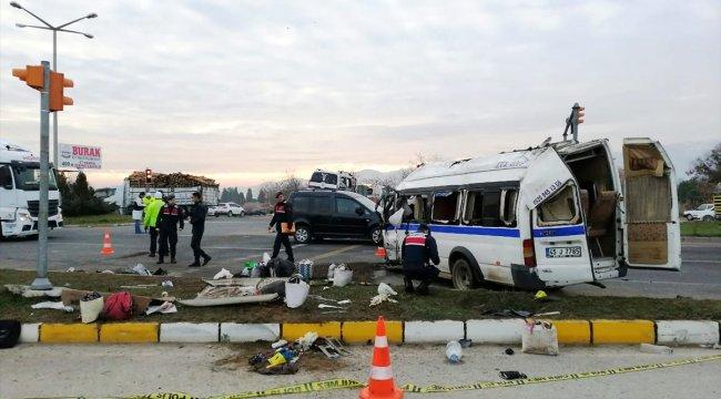Manisa'da işçi servisiyle hafif ticari araç çarpıştı: 1 ölü, 24 yaralı