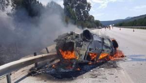 İzmir-Çeşme yolundaki feci kazada anne ve oğlu yanarak can verdi.