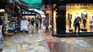 İzmir'de sağanak yağış hayatı felç etti! Caddeler göle döndü