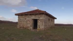 AFYONKARAHİSAR - Defineciler, iki türbeyi tahrip etti